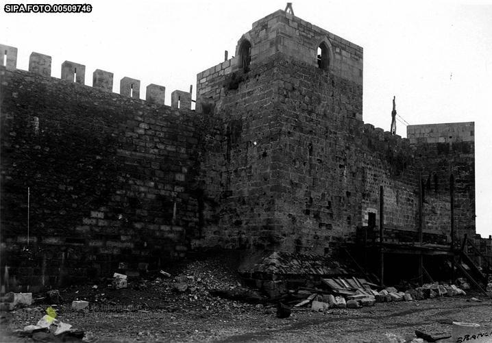 Fig. 58 Lado Norte do Castelejo/Torres durante a intervenção (SIPA). Fig. 59 Torre do Paço durante a intervenção (SIPA).