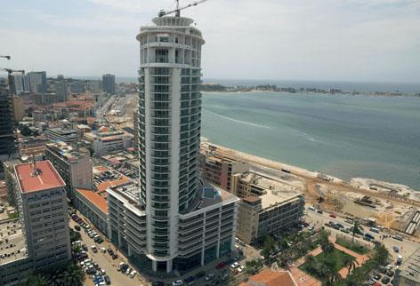 por três corpos distintos: Tower Building, Parking Building e Utility Building,