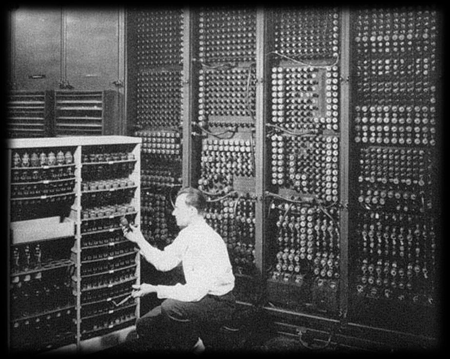 O ENIAC (Eletrical Numerical Integrator and Calculator) foi o primeiro computador digital eletrônico de grande escala.